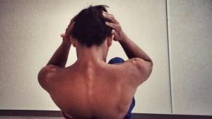 腹筋では肩甲骨の下部分までを浮かせましょう。